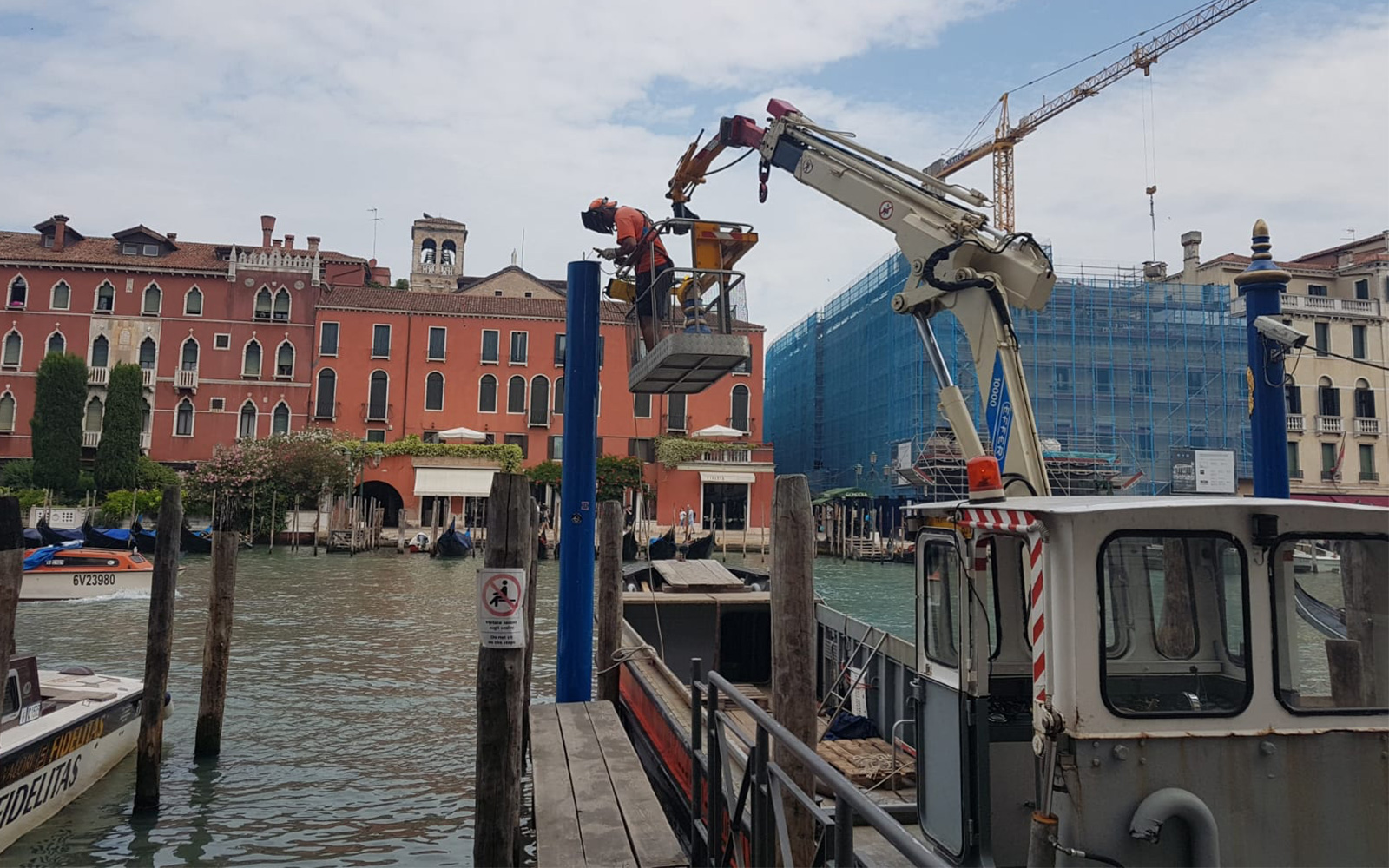 Aerial platform rental in Venice