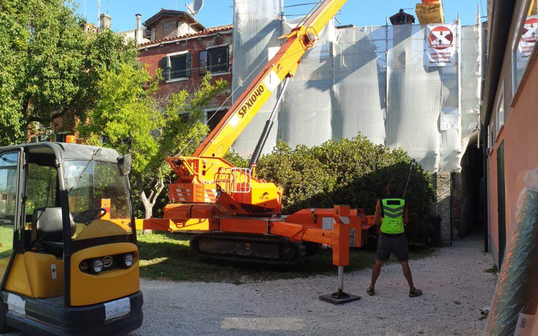 Movimentazione di una copertura di un tetto a Venezia centro storico con utilizzo di Minigru