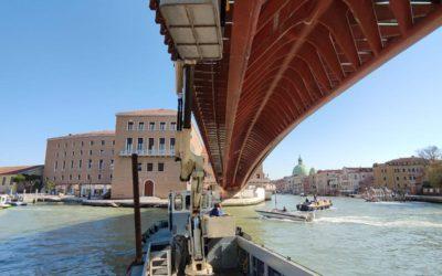 Installazione di sensori sul Ponte della Costituzione di Venezia