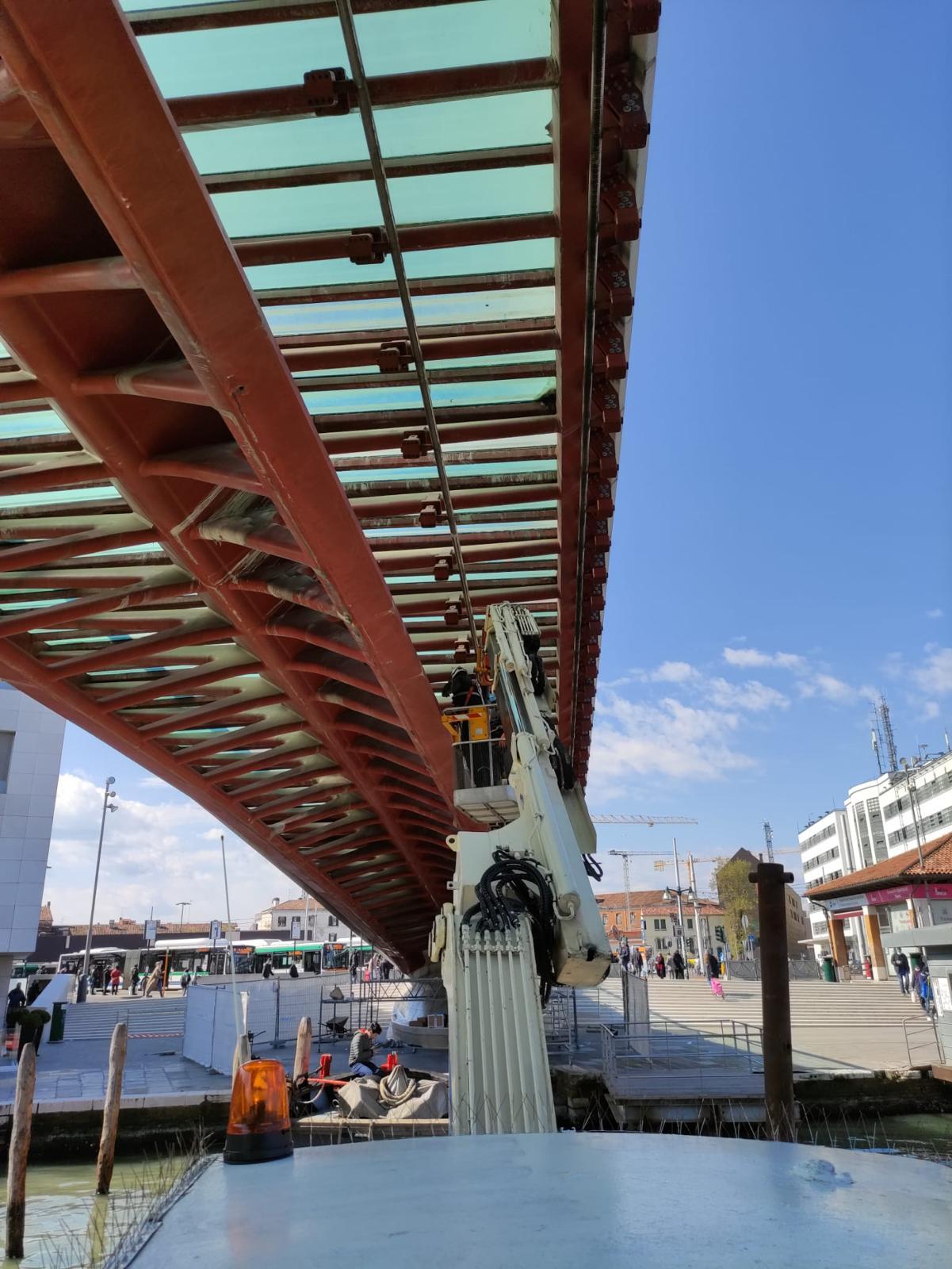 Installazione di sensori per il monitoraggio telematico delle contrazioni e dilatazioni termiche della struttura metallica, sul Ponte della Costituzione