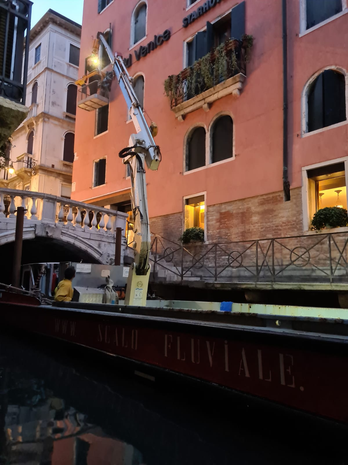 Installazione insegna luminosa Starhotels Venezia Scalo Fluviale